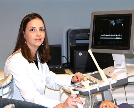 Dra. Tânia durante um exame de Ultrassom
