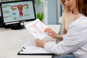 Médica explicando mioma uterino a paciente