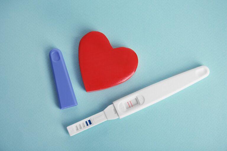 Teste de gravidez de farmácia e um coração