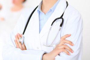 Médica Ginecologista com jaleco e estetoscópio