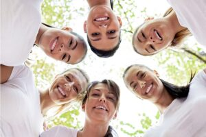 Seis jovens médicas fotografas de baixo, formando um grupo